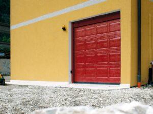 Portone-sezionale-da-garage-IRIS-Woodgrain-rosso-RAL-3000-min (1)