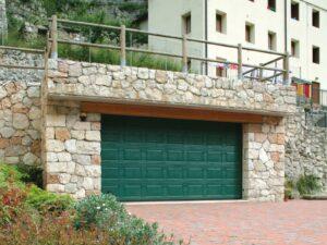 Portone-sezionale-da-garage-IRIS-Woodgrain-verde-RAL-6005-01-min