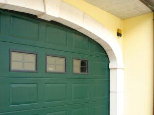 Portone-sezionale-da-garage-IRIS-Woodgrain-verde-RAL-6005-02-min