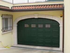 Portone-sezionale-da-garage-IRIS-Woodgrain-verde-RAL-6005-03-min