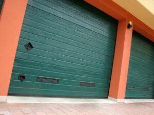 Portone-sezionale-da-garage-SIRIO-Woodgrain-verde-RAL-6005-02-min